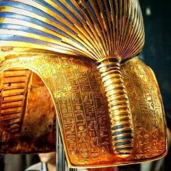 Una imagen que no se ve demasiado. La parte trasera de la máscara funeraria de Tutankamón (en Egyptian Museum)