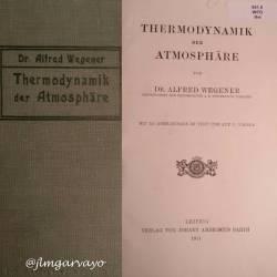 """Joyas de mi #biblioteca. Alfred Wegener se interesó al principio de su carrera por la astronomía, para más tarde estudiar la meteorología mediante el uso de globos-sonda, con los que obtuvo medidas que reflejó en un libro que es toda una referencia sobre meteorología, """"La termodinámica de la atmósfera"""". En ese momento comenzó a pensar que los continentes actuales partían de un único continente y apoyaba esta teoría en la presencia de #fósiles idénticos en estratos geológicos que ahora estaban separados por océanos. Las explicaciones aceptadas por entonces hablaban de puentes de tierra para explicar estas anomalías, pero Wegener se convenció progresivamente de que eran los mismos #continentes los que se habían separado de un único supercontinente original, hecho que había ocurrido hace unos 200 millones de años a juzgar por las evidencias fósiles. Estos pensamientos sentarían las bases de su teoría sobre la #deriva de los continentes. Wegener, Alfred (1911). Thermodynamik der Atmosphäre. Leipzig: Verlag Von Johann Ambrosius Barth. 1ª edición en alemán."""