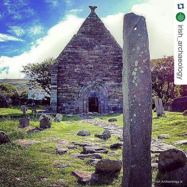 #Repost @irish_archaeology. Me encantan estos lugares. Iglesia del siglo XII y piedra de ogham. Irlanda. 12th century church and an early ogham stone, Kilmallkeadar, Co Kerry #irisharchaeology #archaeology #icu_ireland #ireland #Wanderlust #ancient #medieval #Ireland_Gram #insta_ireland #loves_ireland #inspireland_ #kerry #irishhistory