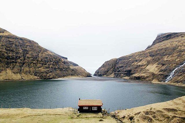 Cabaña en las islas #Faroe. Dejadme aquí con mis libros que ya me apaño sólo… #pleasure #nature #bookstagram #libertad